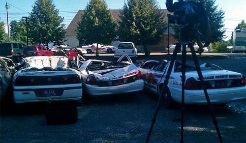 se-venga-de-la-policia-destrozando-7-coches-patrulla-2