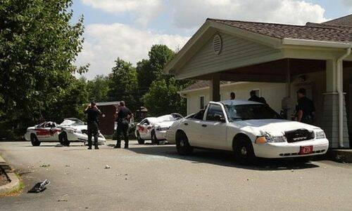 se-venga-de-la-policia-destrozando-7-coches-patrulla-6