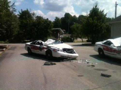 se-venga-de-la-policia-destrozando-7-coches-patrulla-8