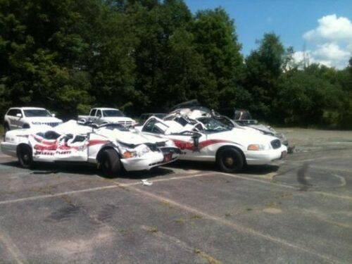 se-venga-de-la-policia-destrozando-7-coches-patrulla-9