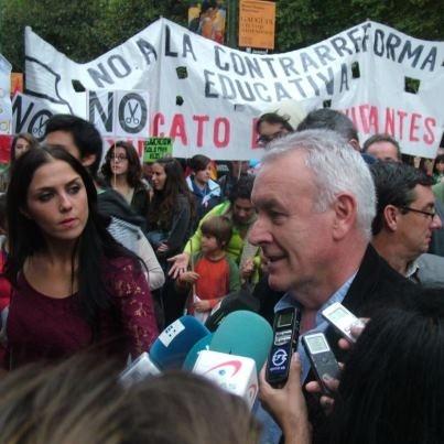"""Cayo Lara pide la dimisión de Wert durante la manifestación de estudiantes y madres y padres de alumnos por su """"agresión permanente"""" contra la escuela pública 9"""