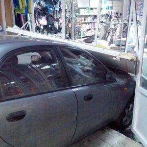Coche mal aparcado entra dentro de una tienda 9
