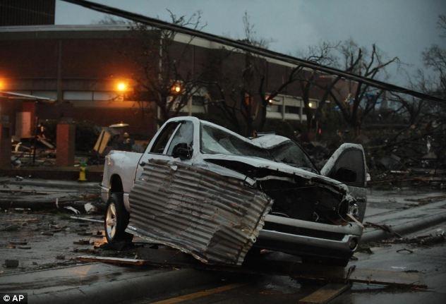 #Videos un fuerte tornado destroza a su paso edificios, árboles y coches en EE.UU. 10