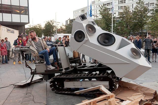 Sound-Panzer máxima potencia sonora sobre orugas 16