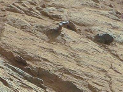 a00faca0fcac606f5ed9174b6103a6e8 - El Curiosity encuentra un extraño objeto metálico en una roca en Marte