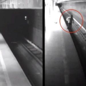 #Video Mujer cae a las vías del metro y sobrevive al paso de dos trenes 35