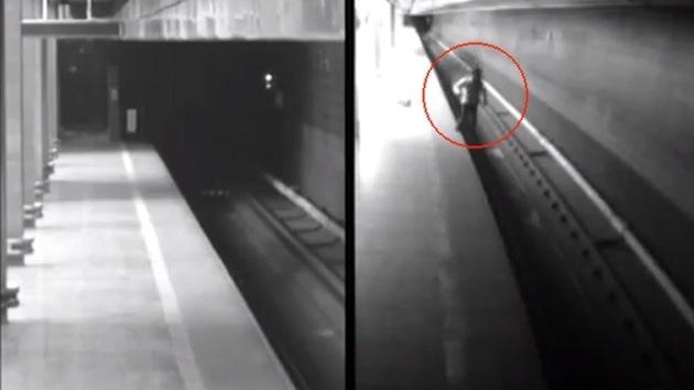 #Video Mujer cae a las vías del metro y sobrevive al paso de dos trenes 10