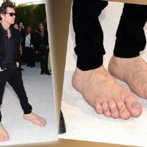 Jim Carrey luciendo sus pies gigantes en los Oscar 22