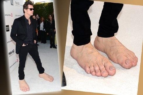 Jim Carrey luciendo sus pies gigantes en los Oscar 14