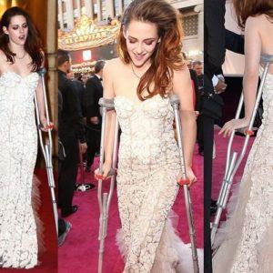El mal momento de Kristen Stewart: sola y con muletas en los Oscar 24
