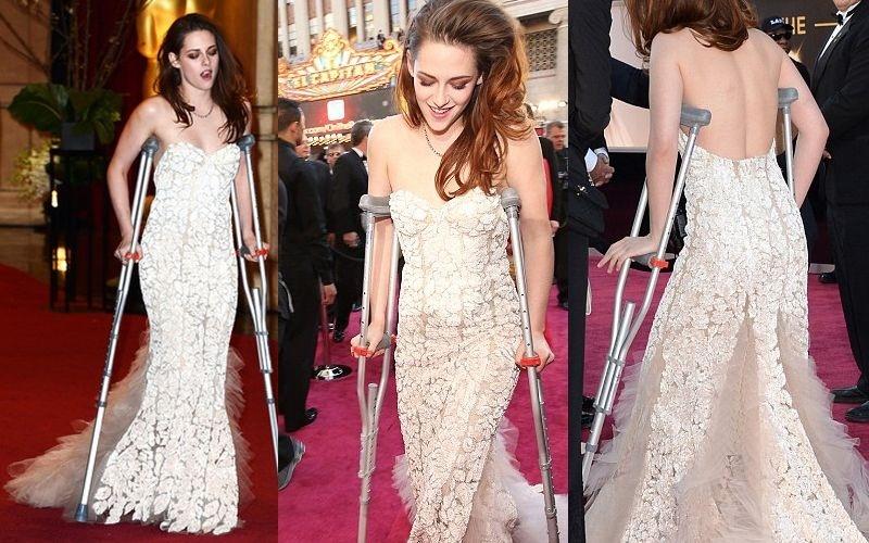 El mal momento de Kristen Stewart: sola y con muletas en los Oscar 11