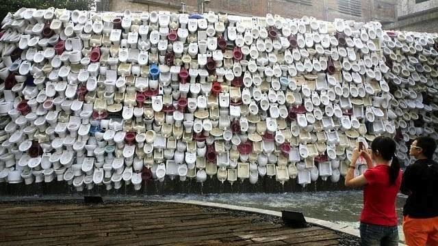 Fuente-mural de lavabos y urinales, en Foshan. Mide 100 metros de largo y el agua discurre por todos ellos.