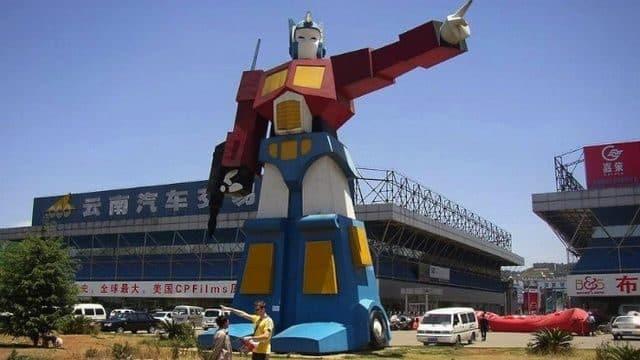 Robot Optimus Prime, en Yunnan. Mide 12 metros de altura y está situado a la entrada de una fábrica de camiones.