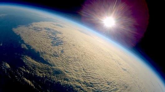 #Video Envían un avión rc al espacio 24
