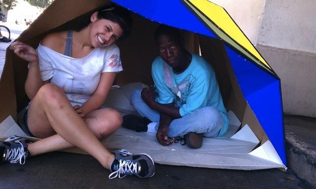 3d93c55b098172a28d1ff09abb281307 - Un refugio plegable de cartón para los que no tienen techo que se inspira en el origami