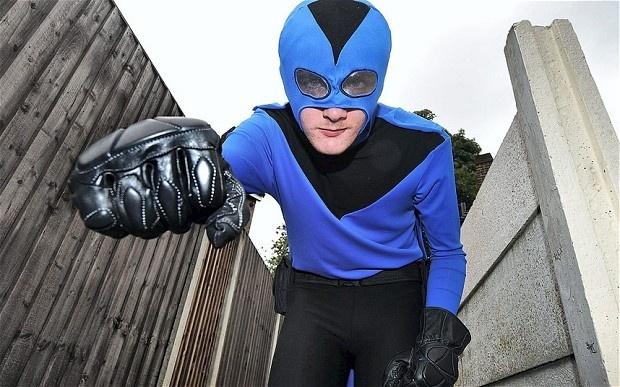 Superhéroe de la vida real cuelga capa y máscara despues de haber recibido una paliza de los malos 9