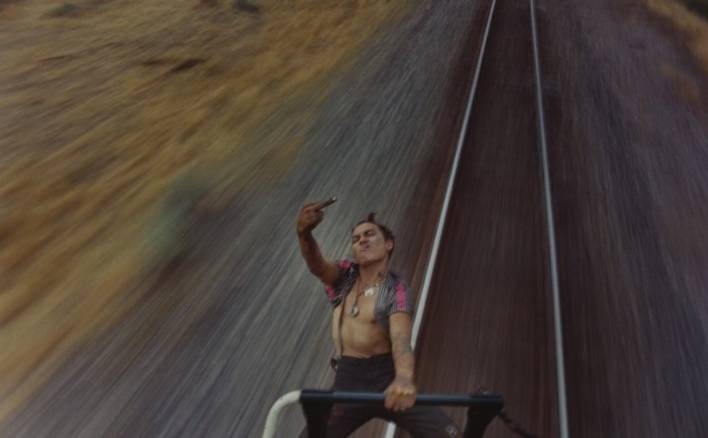 Narra desde dentro la vida de los vagabundos juveniles que viajan como polizones ferroviarios 11