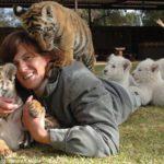 Riana Van Nieuwenhuizen vive, duerme y juega cartas con su ejercito de felinos 6