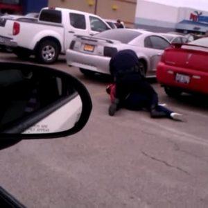 #Video Un policía de EE.UU usa una pistola eléctrica contra una embarazada 53