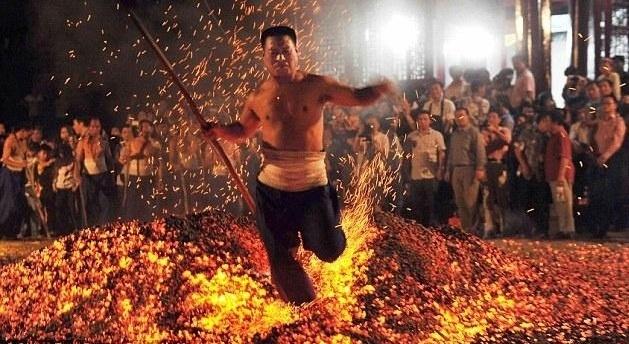 949791c8aad2059e01a78a9744780fac - Caminando sobre el fuego en China. Impresionantes fotografías