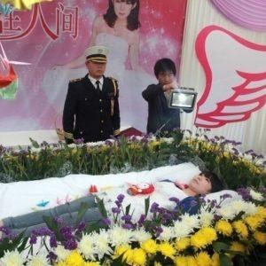 Organizó su propio funeral para saber qué pensaban de ella 28