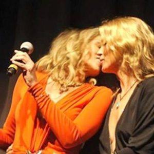 El beso de Sharon Stone y Kate Moss por una buena causa 4