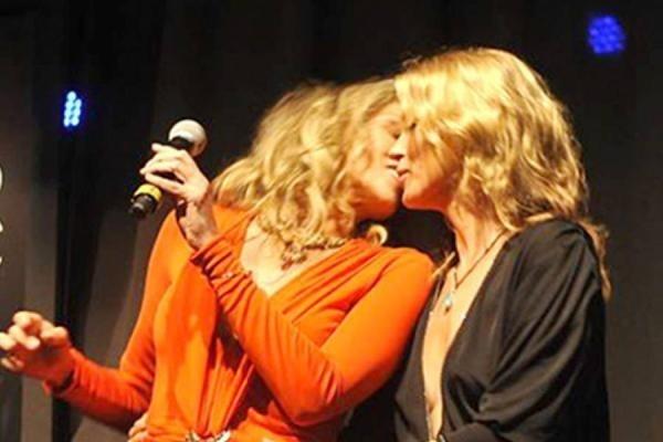 El beso de Sharon Stone y Kate Moss por una buena causa 9
