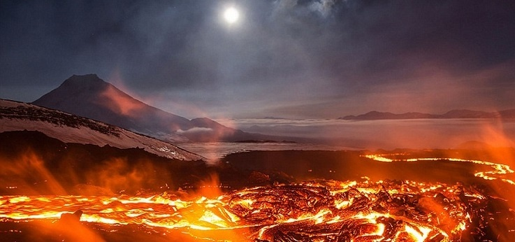 cac344d9e98185e7505d4caa63af5304 - Un río de fuego y lava fue captado por intrépidos fotógrafos