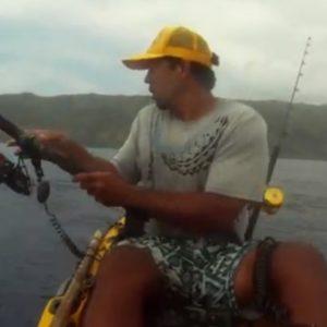Pescaba en kayak cuando un tiburón le dio el susto de su vida 10