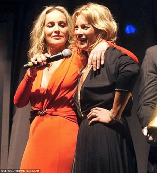 El beso de Sharon Stone y Kate Moss por una buena causa 16
