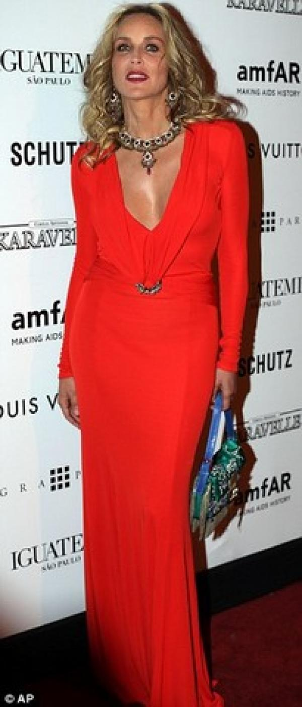 El beso de Sharon Stone y Kate Moss por una buena causa 18