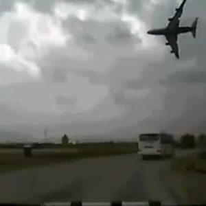 #Video Espeluznante grabación de un avión estadounidense que se estrella al poco de despegar 26