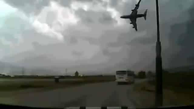 #Video Espeluznante grabación de un avión estadounidense que se estrella al poco de despegar 2