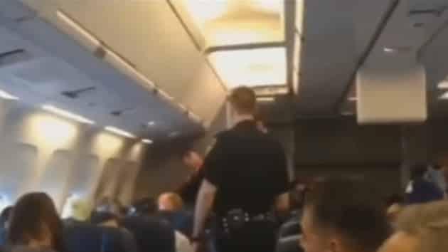 #Video Una mujer, echada del avión por cantar una canción de Whitney Houston 10