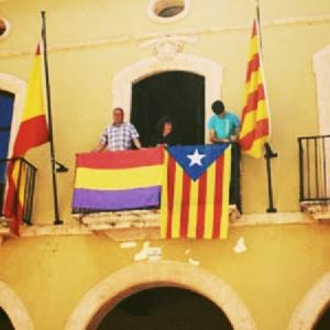 Las banderas republicanas proliferan en los balcones de varios ayuntamientos 23