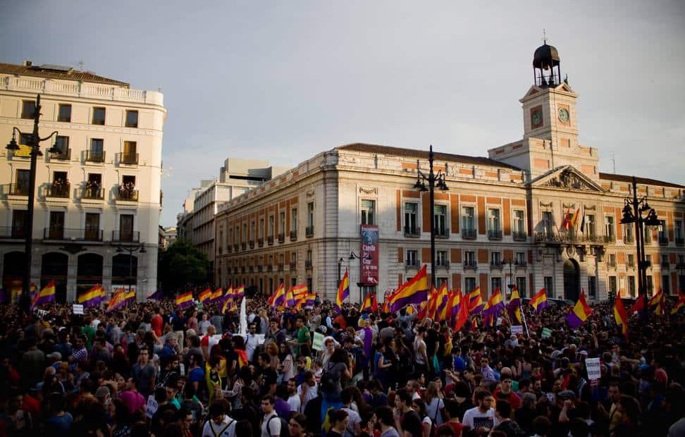 la-ciudadania-se-echa-a-la-calle-para-pedir-un-referendum-por-la-tercera-republica-10