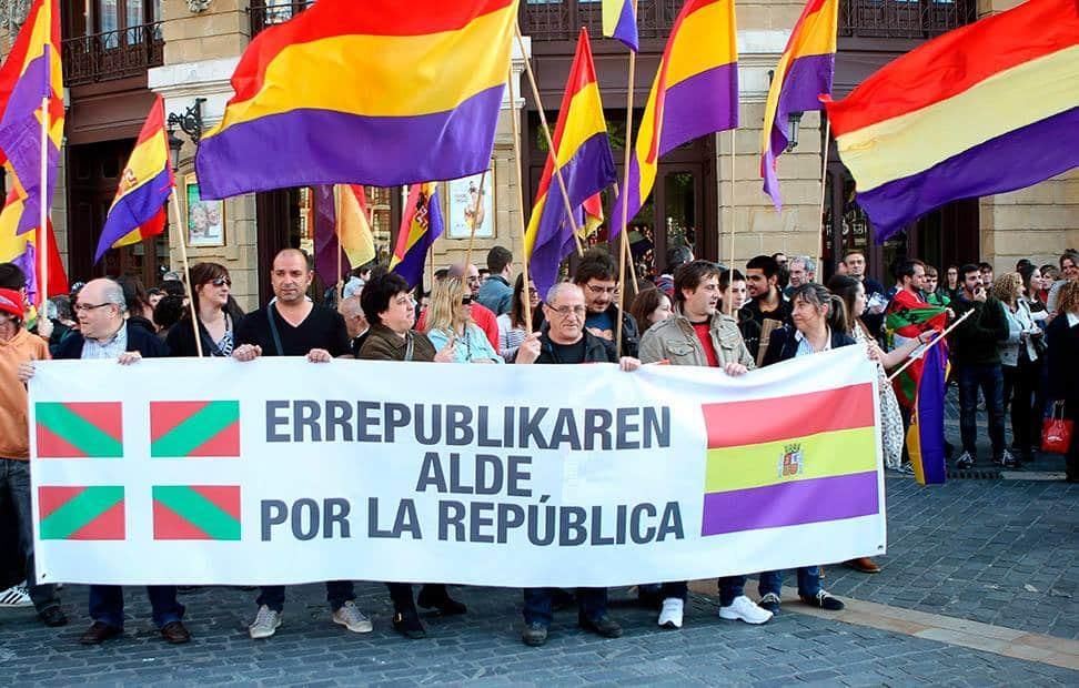 la-ciudadania-se-echa-a-la-calle-para-pedir-un-referendum-por-la-tercera-republica-21