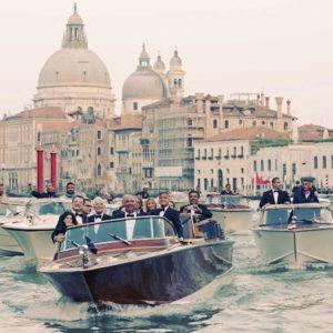 El actor George Clooney, en una lancha taxi, se dirige por el Gran Canal de Venecia a la cena de gala organizada dentro de las celebraciones previas a su boda, el próximo lunes, con la abogada británica Amal Alamuddin.