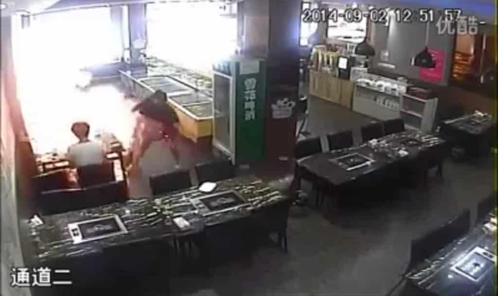 #Video Camarera prende fuego a una clienta en restaurante chino 20