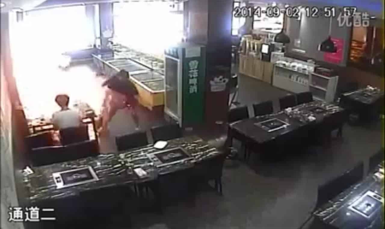 #Video Camarera prende fuego a una clienta en restaurante chino 12