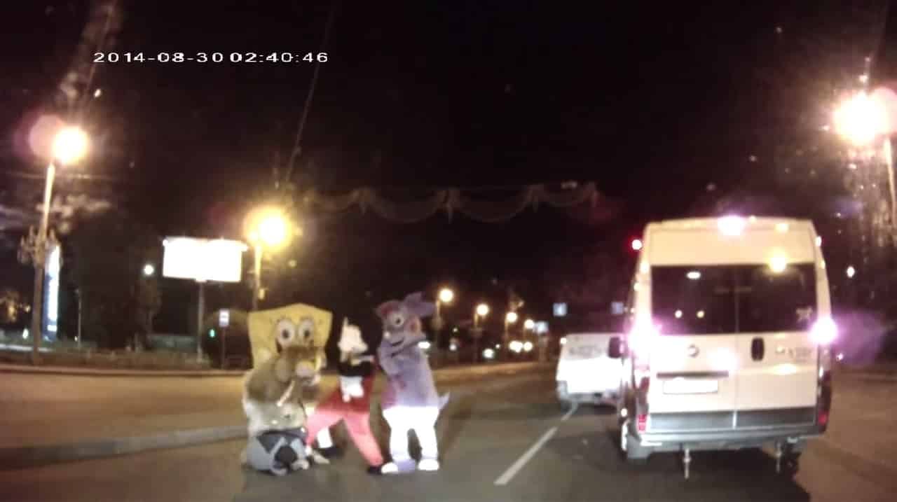 c0e87c0deebf659c7858d42d3177851d - #Video Bob Esponja y Mickey Mouse dan paliza a un conductor