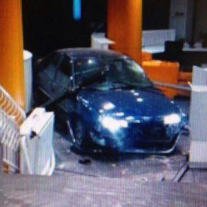 Un desempleado de Teruel estrella un coche con bombonas de butano en la sede del PP Génova 13 12