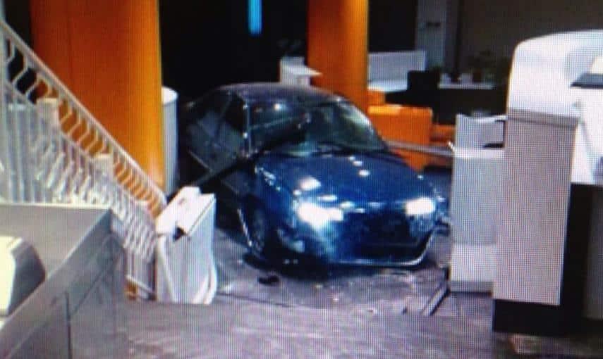 Un desempleado de Teruel estrella un coche con bombonas de butano en la sede del PP Génova 13 8