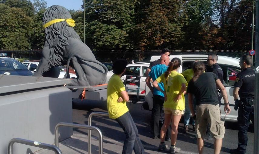 5592ef4d64a0c - La Policía identifica a un león que protestaba contra la Ley Mordaza