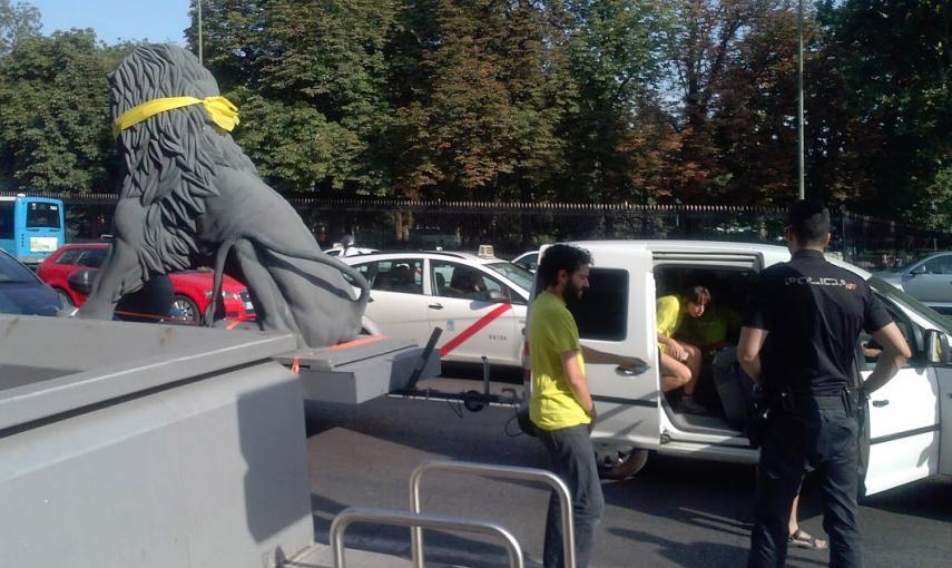 5592efad68bd4 - La Policía identifica a un león que protestaba contra la Ley Mordaza
