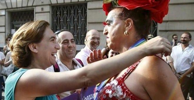 La alcaldesa de Barcelona, Ada Colau, encabeza la manifestación reivindicativa del colectivo de gais y lesbianas.