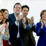 El presidente del Gobierno y del PP, Mariano Rajoy,c., acompañada por la vicesecretaria de Estudios y Programas del Partido Popular, Andrea Levy,2ºiz., la presidenta del PPVC, Isabel Bonig,iz., el presidente del PP de Valencia, Vicente Betorete, y Elena B
