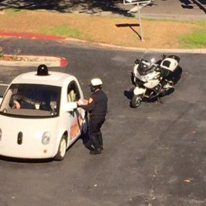 Policía detuvo a un coche sin conductor de Google por ir muy lento 18