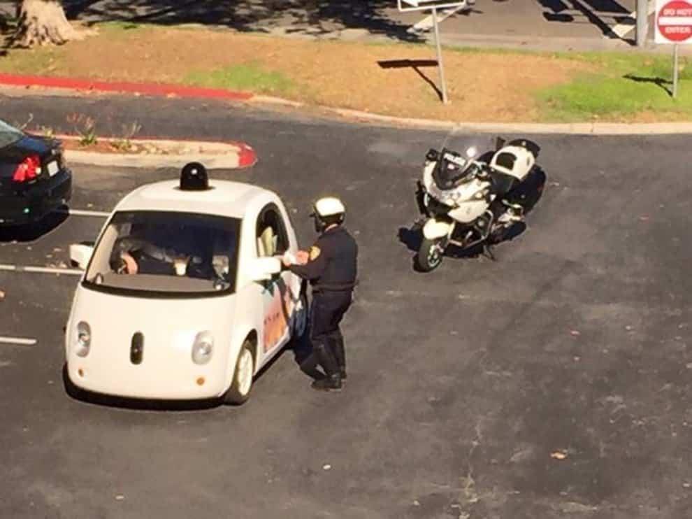 Policía detuvo a un coche sin conductor de Google por ir muy lento 14