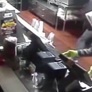 Restaurante convierte vídeo de robo en simpático comercial 11